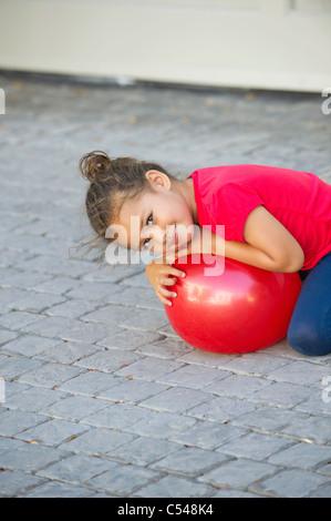 Porträt der ein kleines Mädchen mit Ball spielen - Stockfoto