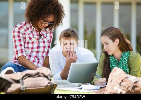 Freunde in einem Campus studieren - Stockfoto