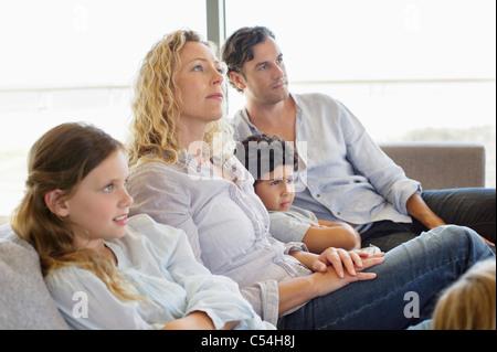 teenager sitzen auf couch vor dem fernseher stockfoto bild 16688139 alamy. Black Bedroom Furniture Sets. Home Design Ideas