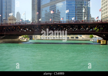 Brücke über einen Fluss, Michigan Avenue Bridge, Chicago River, Trump International Hotel und Tower, Chicago, Illinois, - Stockfoto