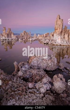 Schneebedeckte Kalktuff-Formationen, Mono Lake, Kalifornien, USA - Stockfoto