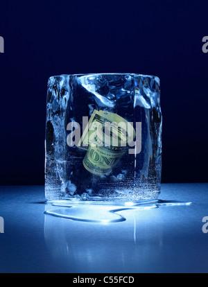 Großer Eisblock mit Roll Geld innen gefroren - Stockfoto
