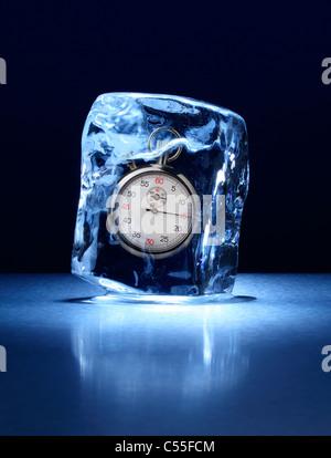 Großer Eisblock mit einer Stoppuhr innen gefroren - Stockfoto