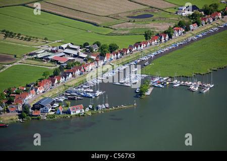 Niederlande, Durgerdam, Häuser und kleine Boote. Luft. - Stockfoto