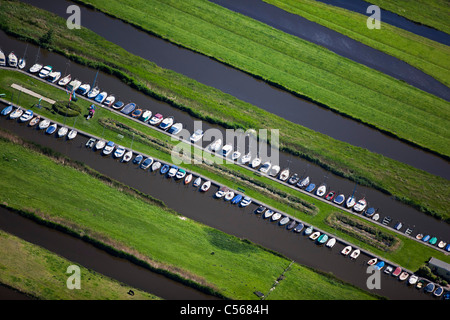 Niederlande, Wormer, Polder mit Ackerland und Liegeplatz mit kleinen Booten. Luft. - Stockfoto