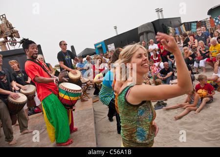 Die Niederlande, IJmuiden, Djembe oder Percussion Demonstration am Strand des Künstlers Mousse Drame, original aus - Stockfoto