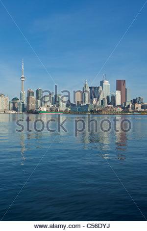 Toronto Skyline zeigt Innenstadt Bankenviertel CN Tower und das Harbourfront aus über den Hafen von Toronto Ontario - Stockfoto