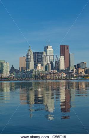 Toronto Skyline zeigt downtown financial District und Harbourfront aus über den Hafen von Toronto Ontario Kanada - Stockfoto