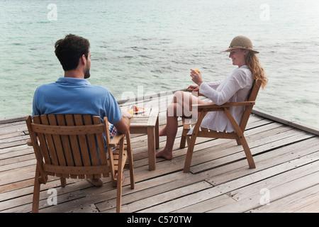 Paar gemeinsam essen an deck - Stockfoto