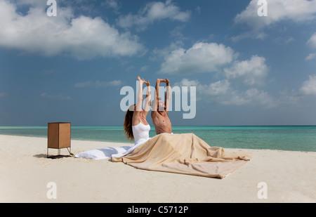 m nner dehnen zusammen am strand stockfoto bild 55538118 alamy. Black Bedroom Furniture Sets. Home Design Ideas