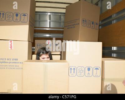 Mädchen im Boxen in Möbelwagen versteckt - Stockfoto