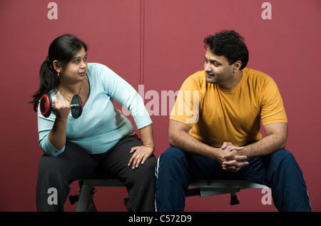 Paar Gewichte zu heben im Fitness-Studio - Stockfoto