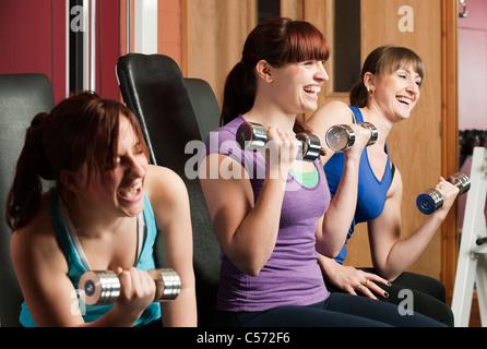 Frauen zusammen im Fitnessstudio Gewichte zu heben - Stockfoto