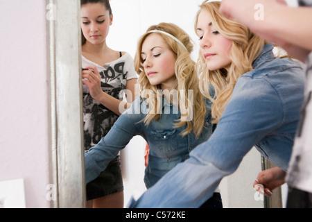 Teenager-Mädchen ankleiden oben - Stockfoto