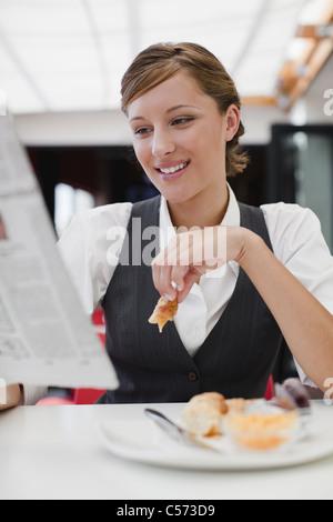 Geschäftsfrau mit Frühstück - Stockfoto