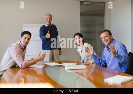 Geschäftsleute im Meeting jubelt - Stockfoto