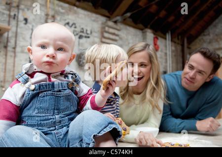 Familie machen Cookies in Küche - Stockfoto