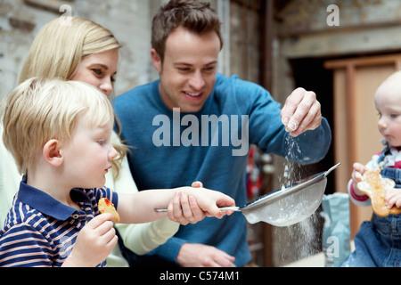 Familie Backen zusammen in Küche - Stockfoto