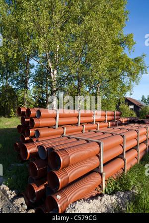 Haufen von PVC Entwässerung / Kanalrohre warten auf Montage - Stockfoto