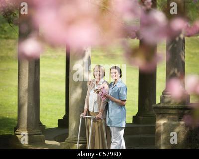 Ältere Frau mit Hausmeister im park - Stockfoto