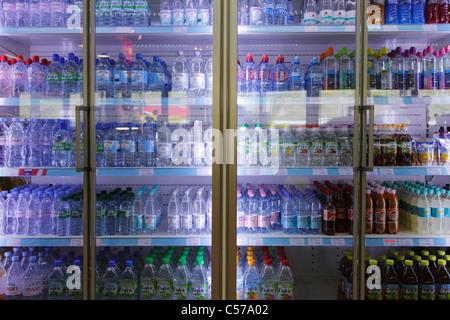 Red Bull Kühlschrank Tankstelle : Alkoholfreie getränke im kühlschrank regal stockfoto bild