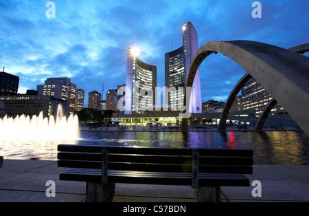 Toronto City Hall Gebäude und Nathan Phillips Square bei Nacht - Stockfoto