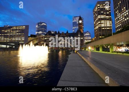Toronto-Nathan Phillips Square bei Nacht - Stockfoto