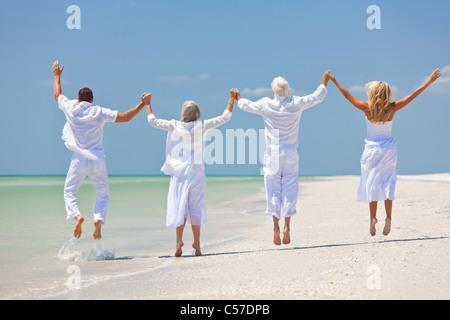 Menschen, zwei Senioren, Paare oder Familie Generationen Hand in Hand, Spaß haben und feiern am tropischen Strand - Stockfoto