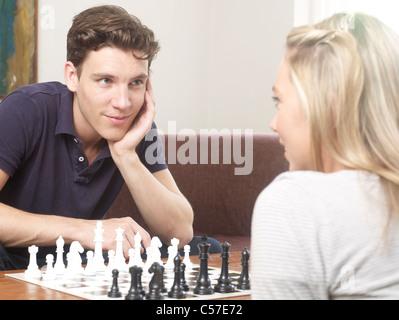 Paar zusammen spielen Schach - Stockfoto