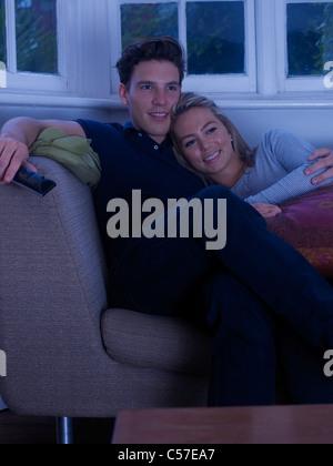 Paar vor dem Fernseher zusammen - Stockfoto