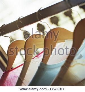 Nahaufnahme von Kleidung auf Kleiderbügeln - Stockfoto