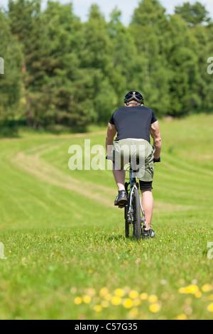 Passen Sie jungen Mann Radfahren downhill Mountainbike im Sommer Latiums - Stockfoto