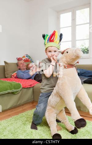 Junge im Krieg Motorhaube mit Spielzeug spielen - Stockfoto