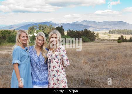 Mutter und Töchter im Feld stehen - Stockfoto