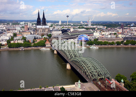Skyline von Köln. Rhein, Hohenzollern-Eisenbahnbrücke, Kölner Dom. - Stockfoto