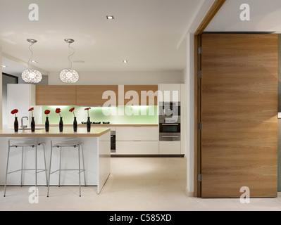 Offene Küche mit Frühstücksbar, Privathaus, Worsley. - Stockfoto