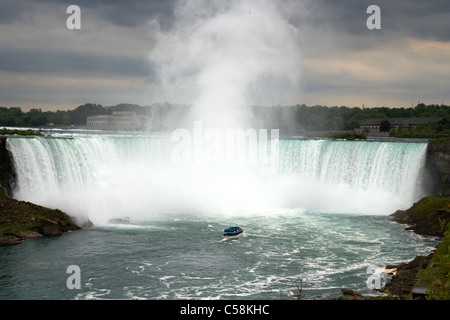 Magd des Bootes auf dem Niagara Fluss Nebel nähert sich Niagara ganz fällt Ontario Kanada - Stockfoto