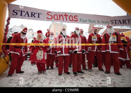RIGA, Lettland - Dezember 12: Teilnehmer des dritten jährlichen Santas Spaß laufen & Walk in Riga, Lettland, 12. - Stockfoto
