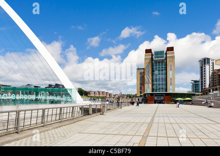 Die Millennium Bridge und Baltic Centre for Contemporary Arts, Kai, Gateshead, Tyne und Abnutzung, UK