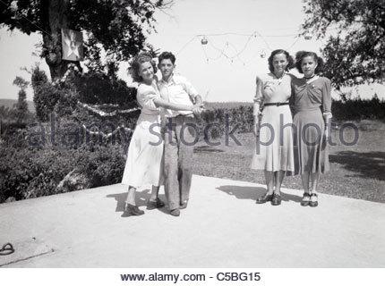junges Paar und zwei Mädchen auf dem Parkett in einer ländlichen Umgebung - Stockfoto