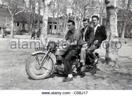 drei jungen Erwachsenen sitzen auf einem Motorrad ländlichen Frankreich - Stockfoto