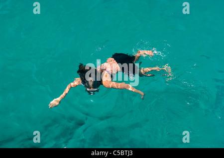 Draufsicht eines Mädchens im türkisfarbenen Wasser Schnorcheln - Stockfoto