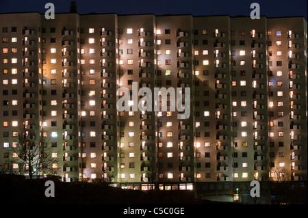 Hintergrund beleuchtete Mehrfamilienhauses am Abend - Stockfoto