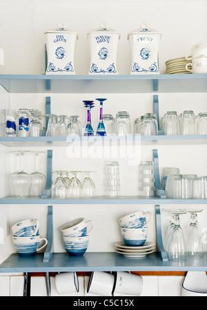 Nahaufnahme Von Kuchenregal Mit Tassen Und Glaser Stockfoto Bild