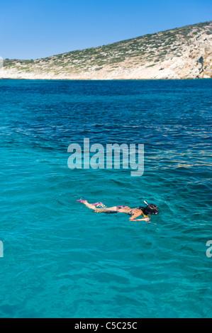 Teenager-Mädchen Schnorcheln im ruhigen Wasser in Griechenland - Stockfoto