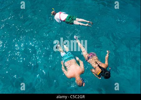 Draufsicht von drei Jugendlichen im türkisfarbenen Wasser Schnorcheln - Stockfoto