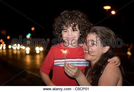 Hispanische Familie feiern Jubiläum der Stadt. Lateinischen Familienspaß in einer Stadt-Nacht. Spark Stock fest. - Stockfoto