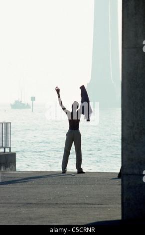 San Francisco, Kalifornien. Schwarzer Mann mit Spaziergang Mann grüßt am Morgen am öffentlichen Pier auf der Embarcadero. - Stockfoto