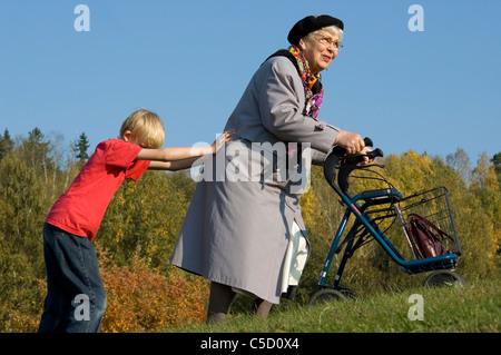 ältere frau klären