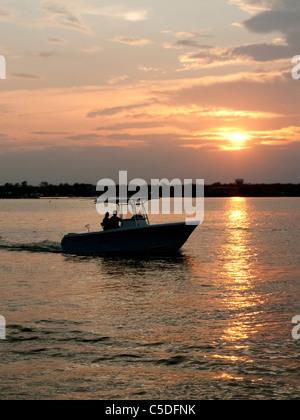 Freizeit-Boot bei Sonnenuntergang Stockfoto